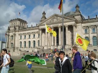 Japan Platz 3:  Tabea Kamada -   Auf dem Foto ist mein japanischer Mann bei seinem ersten Deutschlandbesuch 2009 in Berlin zu sehen. Ich wollte gerade ein Foto von ihm vorm Reichstag machen und während er brav und ordentlich posierte, latschte uns plötzlich eine Antiatomkraftdemo ins Bild. Deutschland halt.